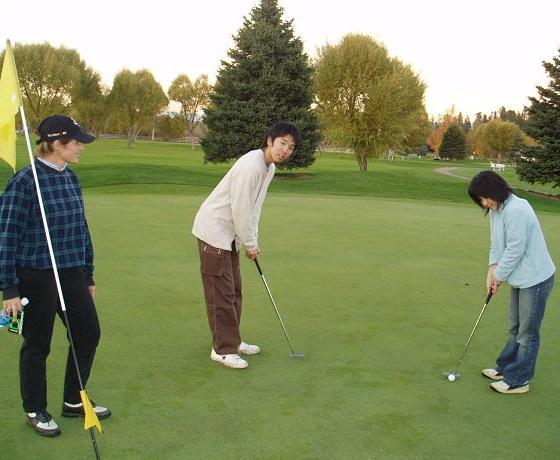 golf játszma  az angol óra után, Kelowna, Kanada