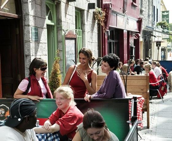 pihenés a Galway utcáján angol tanfolyam után