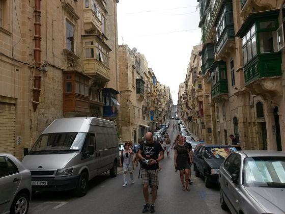 szűk utca és jellegzetes balkonok, Valetta